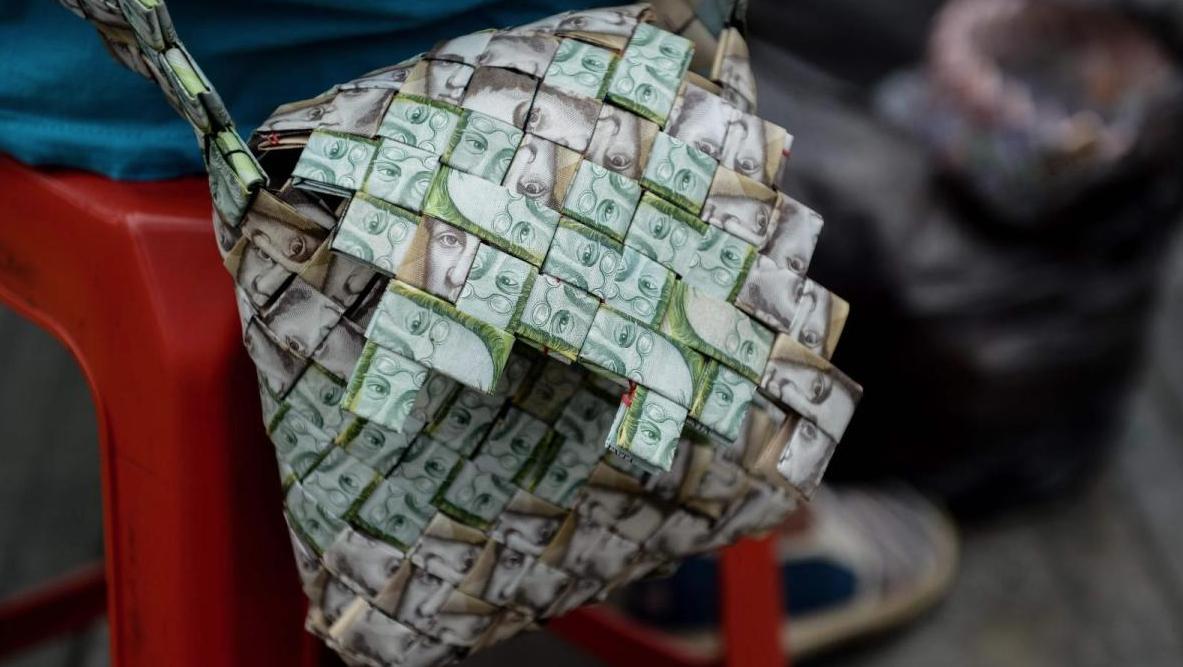 Bolsos fabricados con billetes de verdad: así es la hiperinflación en Venezuela