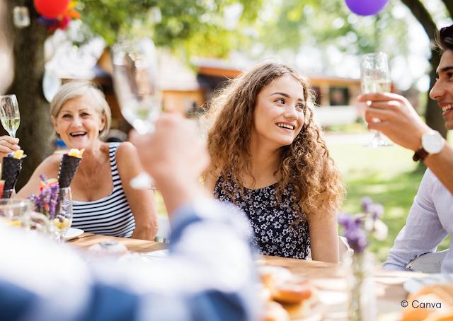 Mensen drinken aan tafel