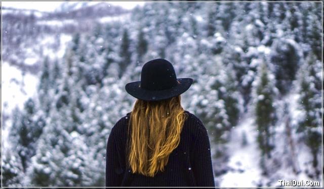 ảnh cô gái quay lưng đi dưới tuyết mùa đông đẹp