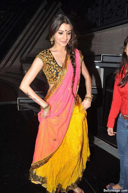 anushka sharma looks hot in saree pic
