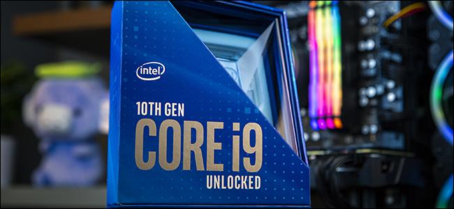 عبوة معالج أزرق من الجيل العاشر من Intel ، مع وجود كمبيوتر مكتبي في الخلفية