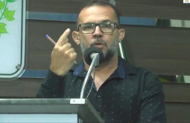 """Vereador Gilmar lamenta falta de entrega de kits de alimentação escolar: """"apenas uma em nove meses e acabou""""."""
