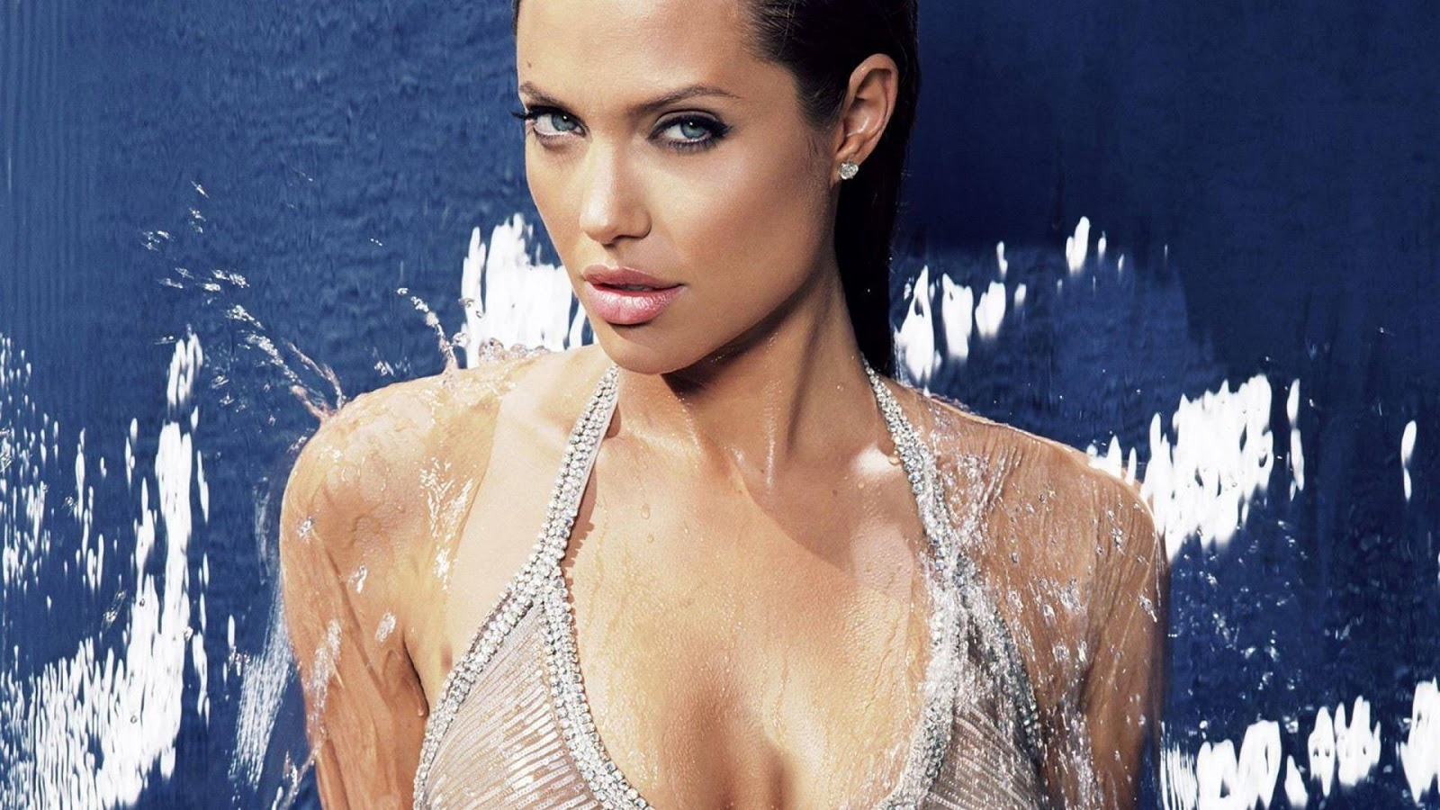 Angelina Jolie bathing - Hot actress bold pics sexy images of hollywood seducing celebrity