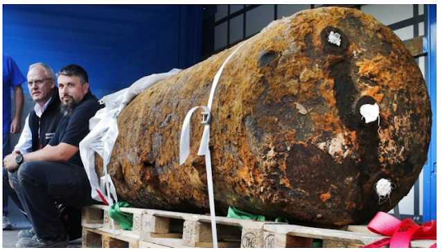 Φωτογραφία βόμβας του Β' Παγκοσμίου Πολέμου, βάρους 1,4 τόνων, που εντοπίστηκε και εξουδετερώθηκε το 2017 στη Γερμανία - AP Photo/Michael Probst