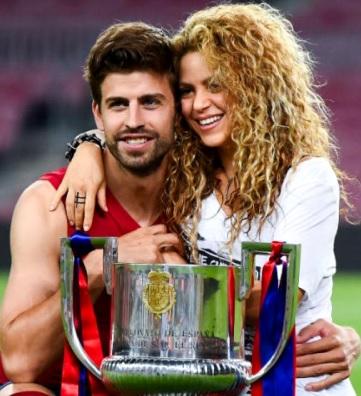 Foto de Shakira abrazando a Gerard Piqué con la copa