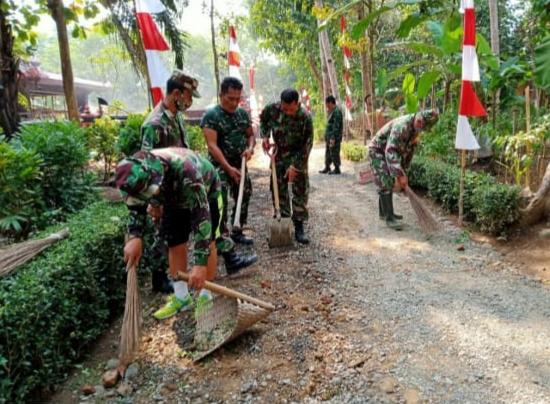 Personil Koramil Bukateja Bersihkan Makam Adipati Wirasaba Lukmannudin