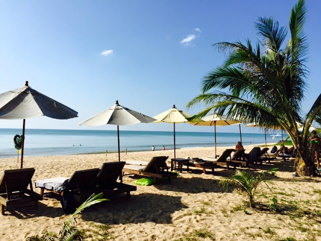 หาดบางเนียง อยู่ตอนกลางของเขาหลัก อยู่ระหว่างหาดคึกคักและหาดนางทอง มีสิงอำนวยความสะดวกมากมาย สามารถเดินทางได้สะดวก