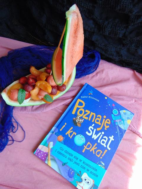 Recenzja książki Poznaję świat i kropka... Rafała Klimczaka a także pyszna sałatka owocowa!