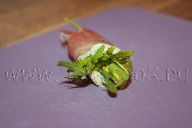 рецепт рулетиков из хамона с рукколой, грушей и сыром с голубой плесенью с пошаговыми фото