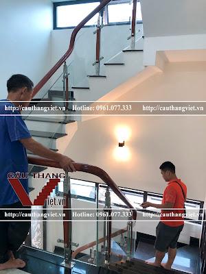 Lap dat cau thang kinh cuong luc tay vin go tai Dong Anh Ha Noi