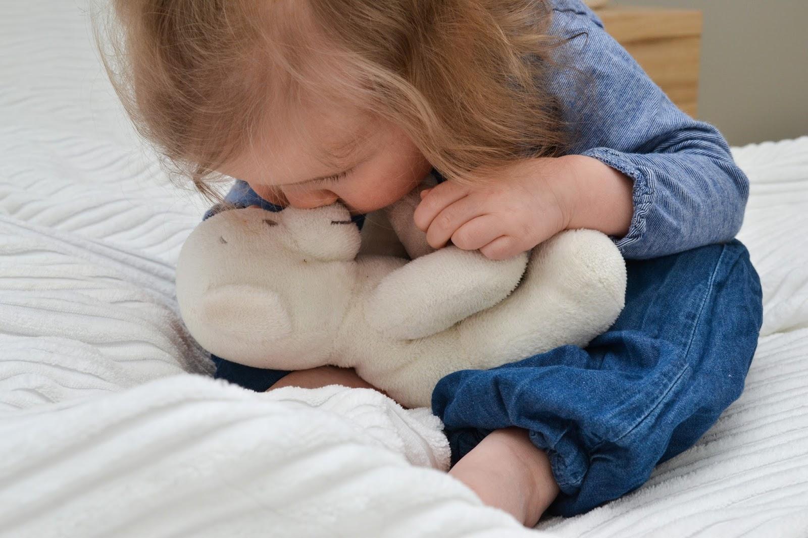 Saippuakuplia olohuoneessa -blogi, kuva Hanna Poikkilehto, taapero, puolitoista vuotias, lapsen kehitys, lapsi, perhe, makuuhuone, sänky, tyttö, nalle, ikea, pussata, helliä,