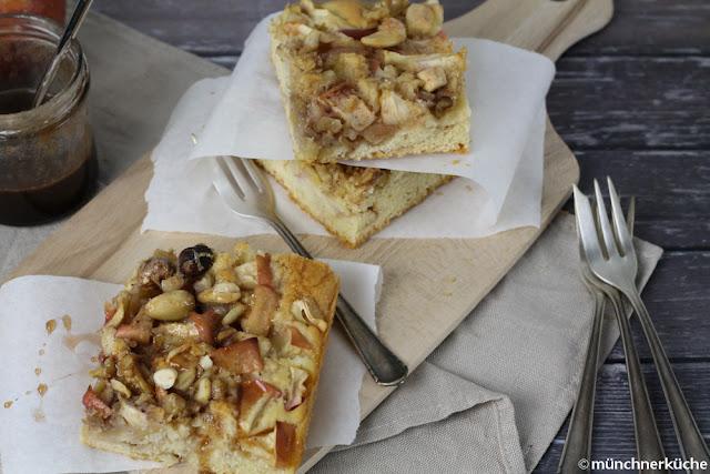 Apfel-Blechkuchen mit Nüssen und Sirup.