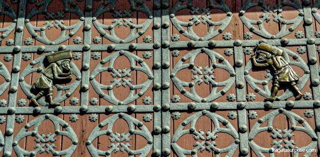 Imagem dos bastaixos (estivadores do Porto de Barcelona) nas portas da Basílica de Santa Maria del Mar