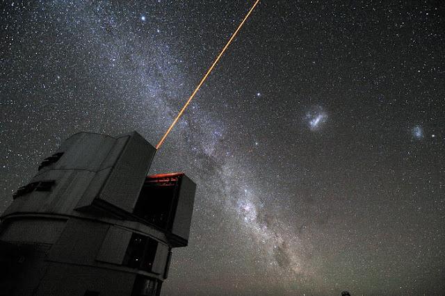 laser lançado a partir de Yepun um dos telescópios do VLT para criar uma estrela artificial que auxilia o sistema de Ótica Adaptativa do VLT