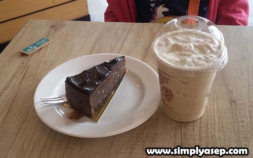 MENU COFFEE BEAN : Paket Coffee Bean yang saya tidak hafal namanya. Hahhaa. Pokoknya kue coklatnya asyik banget ada sensasi keju di dalamnya. Sedangkan minumannya apa ya. COklat juga sih rasanya. (10/11). Foto Asep Haryono