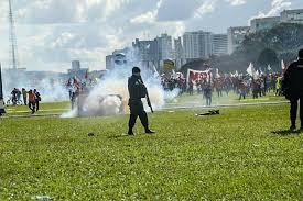 Policiais armados atirando sobre os trabalhadores em Brasilia em 24 de maio de 2017.