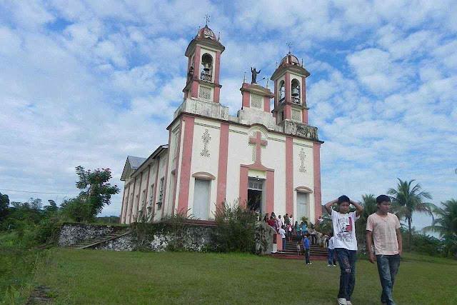 Fiéis após ato religioso na paróquia do Sagrado Coração de Jesus de Taracuá