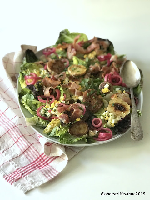 Bratkartoffelsalat mit Speck und sauren Zwiebeln