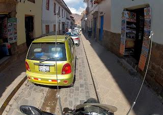 Ruas estreitas no centro histórico de Cusco / Peru.