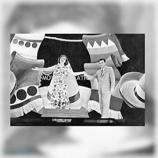Η Δάφνη Σκούρα με τον Ερρίκο Κονταρίνη από την επιθεώρηση «Βίρα τις Άγκυρες» (των Μίμη Τραϊφόρου, Χρήστου Γιαννακόπουλου, θέατρο Βέμπο, καλοκαίρι 1950).