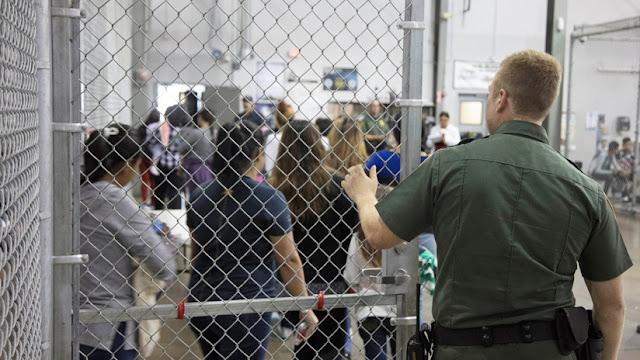 EE.UU. devuelve más de un centenar de niños migrantes a un centro de detención con condiciones vejatorias