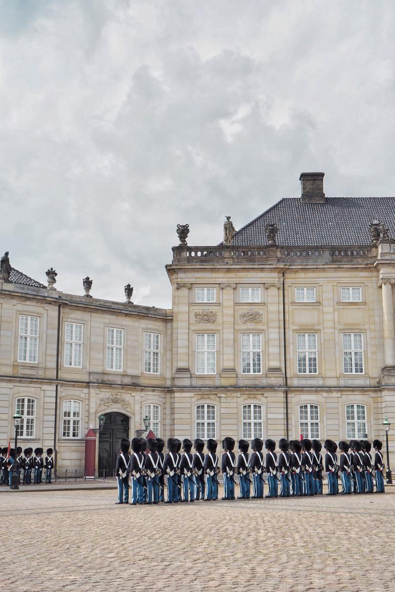 Relève de la garde devant le palais d'Amalienborg à Copenhague