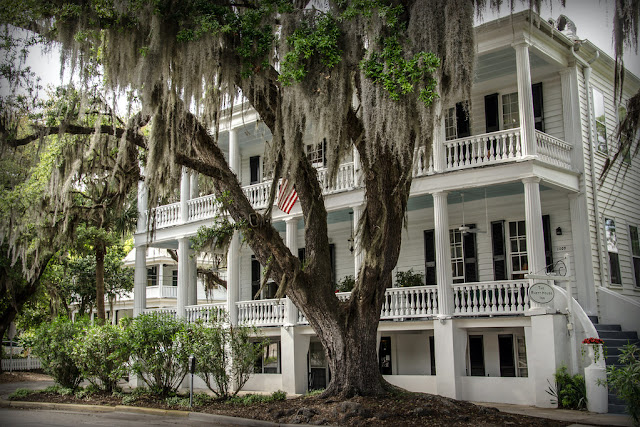 The Rhett House Inn best B&B in Beaufort, South Carolina. This romantic historic award winning inn has beautifully appointed rooms and is located downtown.