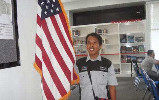 AMERIKA : Berfoto dengan Bendera Amerika Serikat saat berkunjung ke American Corner (AMCOR).  Foto Istimewa