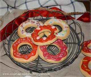 https://swiat-na-widelcu.blogspot.com/2021/02/kruche-lukrowane-ciasteczka-donuty.html