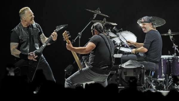 James Hetfield, Robert Trujillo y Lars Ulrich, de Metallica, durante un concierto en el O2 Arena de Londres