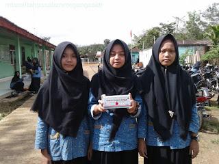 Pembagian Tablet Penambah darah untuk siswi Mts Miftahussalam Megang sakti III