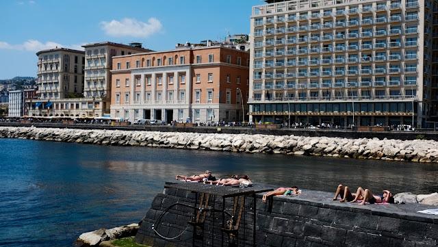 Bagno di sole a Borgo Marinari, Napoli