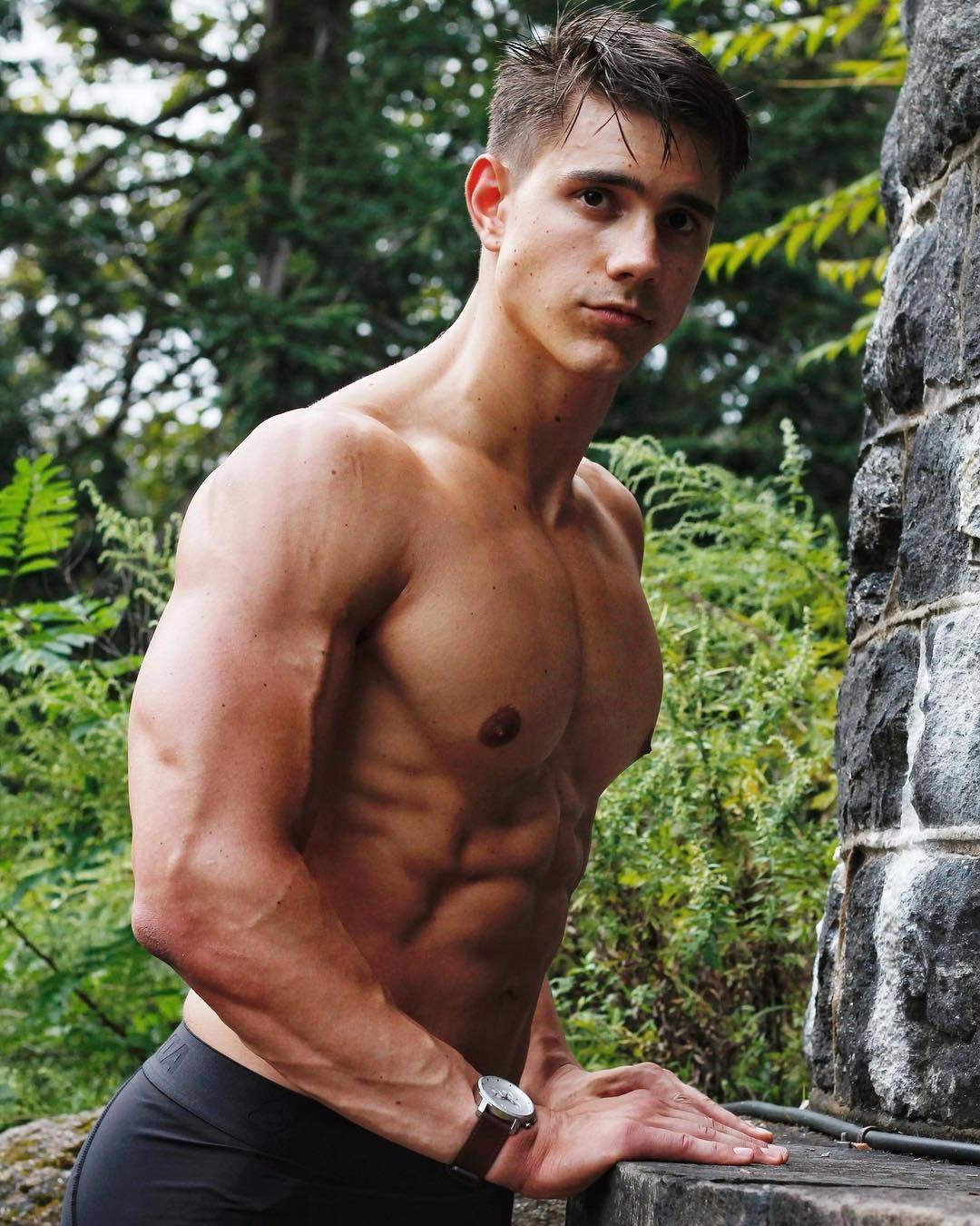 muscular-shirtless-guy-perky-nipples-big-pecs-abs-veiny-biceps