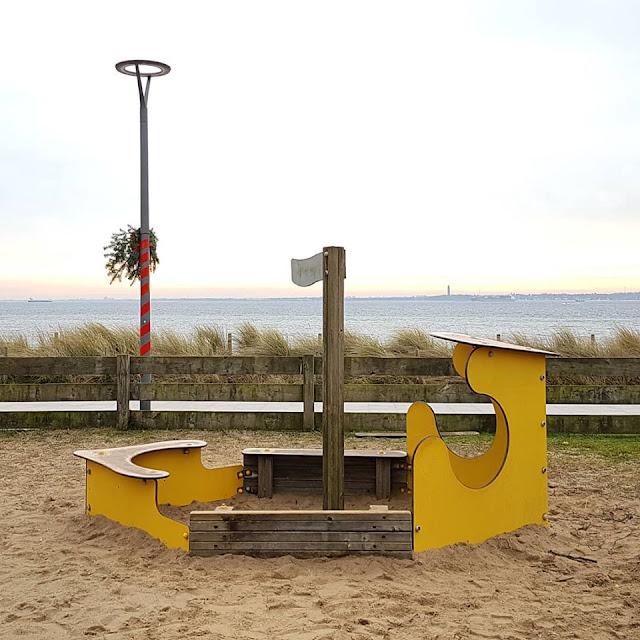 3 Spielplätze im Norden von Kiel mit Blick aufs Meer. Auf Küstenkidsunterwegs zeige ich Euch tolle Spielplätze in Strande, Schilksee und Pries-Friedrichsort bzw. im Hafen Stickenhörn, die wir mit unseren Kindern besucht haben und von denen Ihr einen schönen Ausblick auf die Kieler Förde und die Ostsee habt.