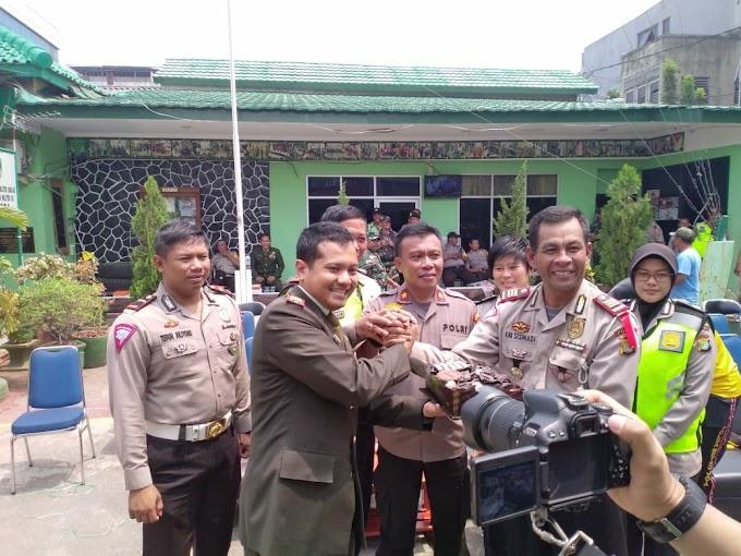 Polsek Tambora Berikan Surprise Pada Koramil 02/Tambora di HUT TNI ke 73