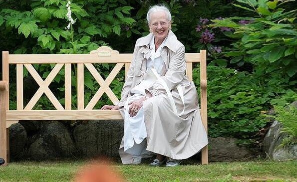 The benches are the gift of Fredensborg Municipality to the Queen on the occasion of the Queen's 80th birthday. Aage Andersen