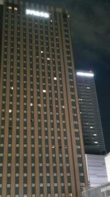 アパホテル新宿歌舞伎町タワー(手前)