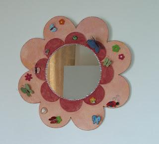 création d'un miroir rond avec cadre en forme de fleur rose avec papillons et coccinelles tout l'univers créatif de mimi vermicelle
