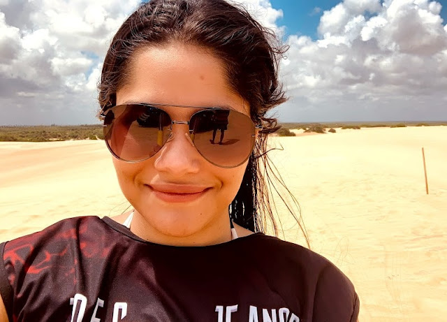 selfie mulher com oculos escuros em dunas de areia