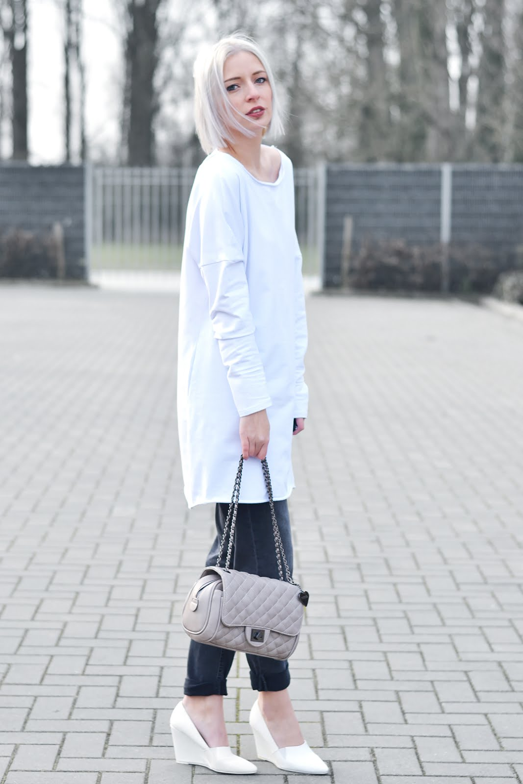 Open back dress, sheinside, all white, marc b bag, knightbridge, h&m grey boyfriend jeans, h&m trend, white wedge heels, street style, inpiration, trends, 2016, belgian fashion blogger, belgische mode blogger