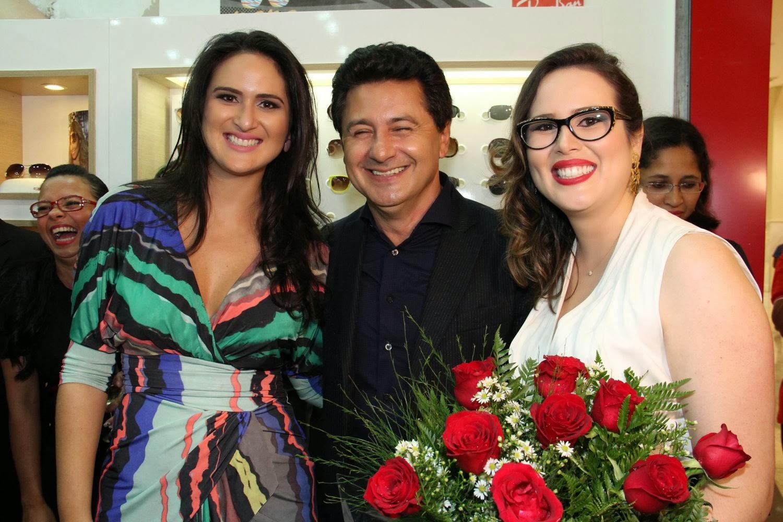Os empresários Aline Diniz, Bruno Amaral e Leila Diniz, à frente das Óticas  Diniz no Distrito Federal, inauguraram mais uma unidade do maior grupo ótico  do ... 2521f277c4
