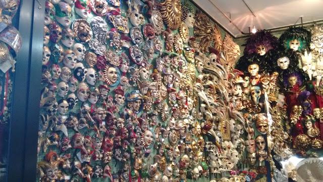 Máscaras para a compra de lembrancinhas e souvenirs em Veneza