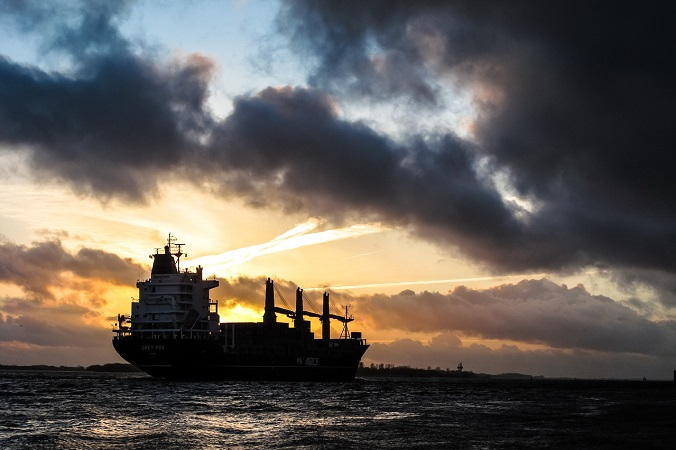 ch民「問題になるから伏せるけど、相手は韓●船だよ」防衛省が東シナ海で北朝鮮のタンカーが瀬取り行為現場を激写か!?(まとメテオ@chまとめ)