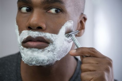 Aliviar queimaduras leves ou irritação da lâmina de barbear com óleo de coco