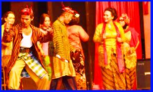 Ludruk  Hidup di daerah Jawa Timur, ceritanya merupakan kejadian sehari-hari atau mengambil tokoh-tokoh tertentu.