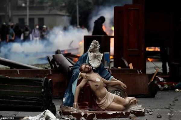 Protes Kenaikan Tarif, Pedemo di Chile Menjarah Gereja dan Bakar Patung Yesus di Jalan
