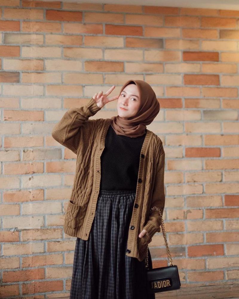 warna cardigan yang cocok untuk jilbab coklat