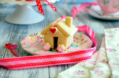 Check out how to make these adorable Home Sweet Home 3D Sugar Cookies for Valentine's Day with step-by-step video tutorial!  http://uTry.it