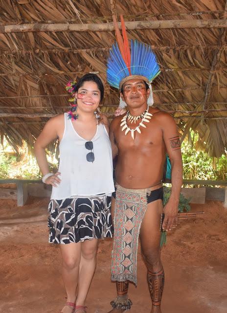 mulher abracada com um indio em uma oca indigena