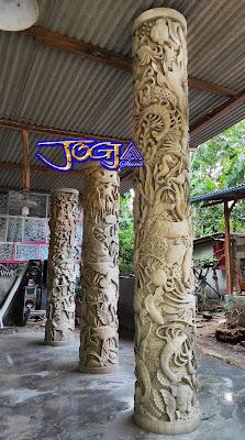 Tiang pilar ukir batu alam yang indah dan cantik, gambar motif pemandangan alam, macam-macam burung, burung bangau, pemandangan laut dan beserta seisi macam-macam ikan laut.